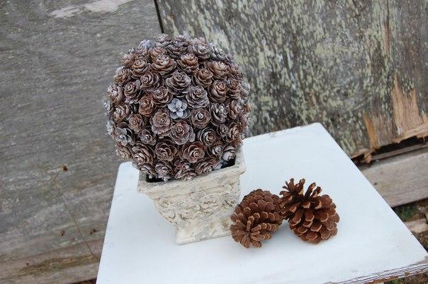 Зимняя композиция из шишек