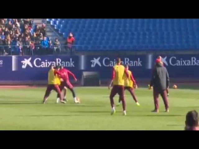 Fernando Torres ovacionado por un increible caño en el entrenamiento