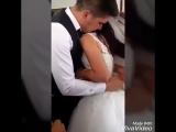 Скромно. 🌸 - Брат невесты завязывает красный пояс | vk.comskromno
