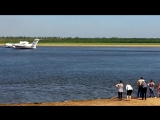 два самолета БЕ-200 набирают воду