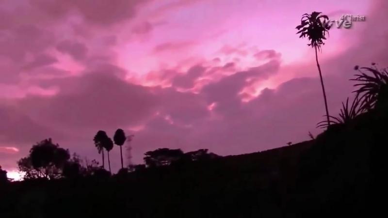 Небо становится красным и они (звучат звуки в небесах)