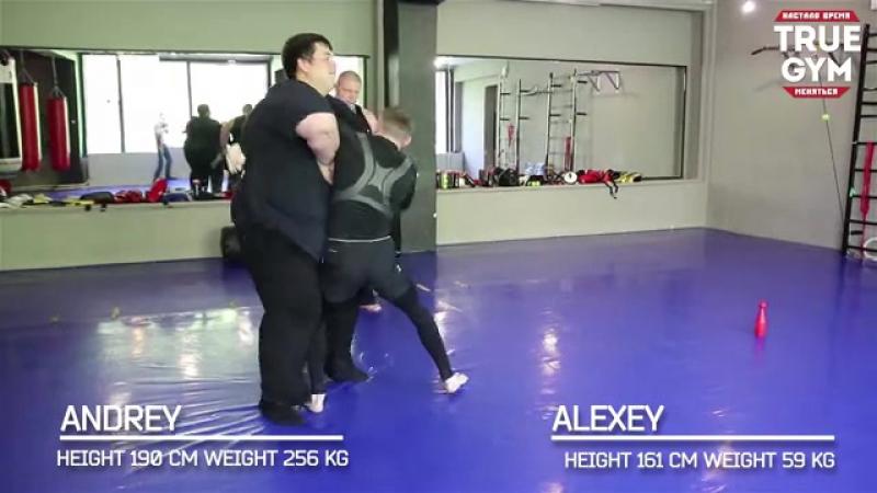 Бой массой 260 kg VS 60 kg - Сумоист против мален - 480P