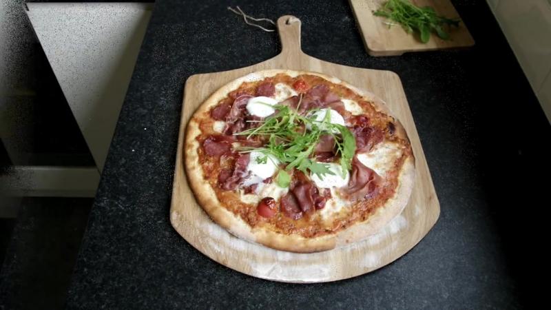 Pizza di salame e prosciutto crudo - Пицца с салями и прошутто