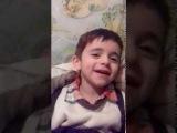 Мальчик поёт песню