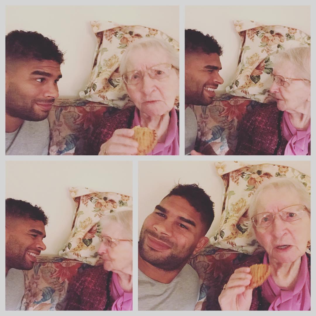 Алистар Оверим  со своей бабушкой