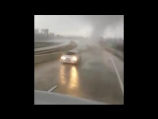 Торнадо пересекает автостраду к северо-западу от Хьюстона ( Техас, США, 16.01.2017)