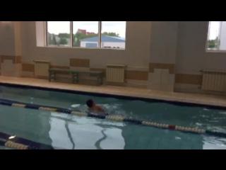 Жена учит внука правильно плавать.