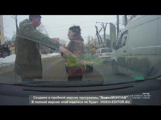 Воронеж! Неадекватная женщина, нападает на авто и водителей