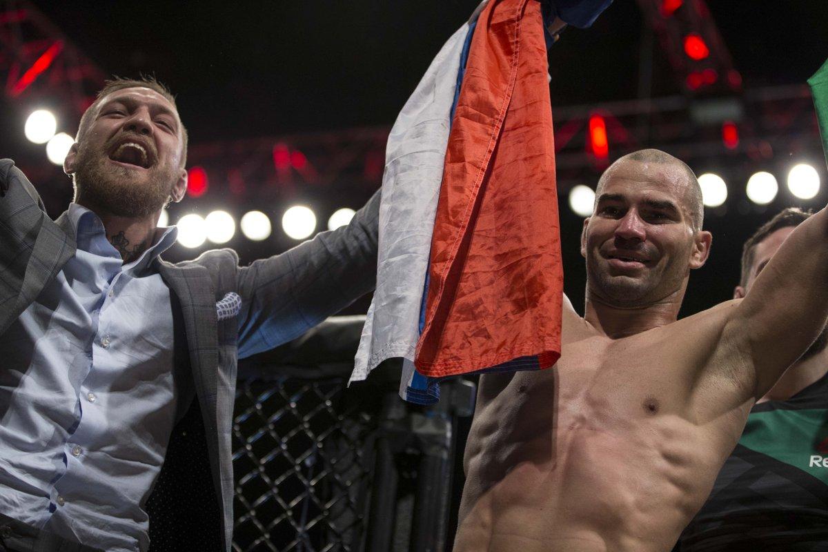 Артем Лобов с Конором Макгрегором после своей победы на UFC Fight Night 99