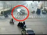 Непонятная авария на перекрестке в г. Синтай, Китай. 29 ноября 2015