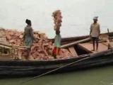 Бангладеш. Перенос кирпичей