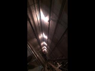 лифтовик спустился по тросам