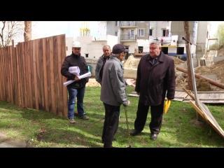 Деревянный забор вокруг возводящегося дома на улице Советской стал камнем преткновения между строителями и жильцами