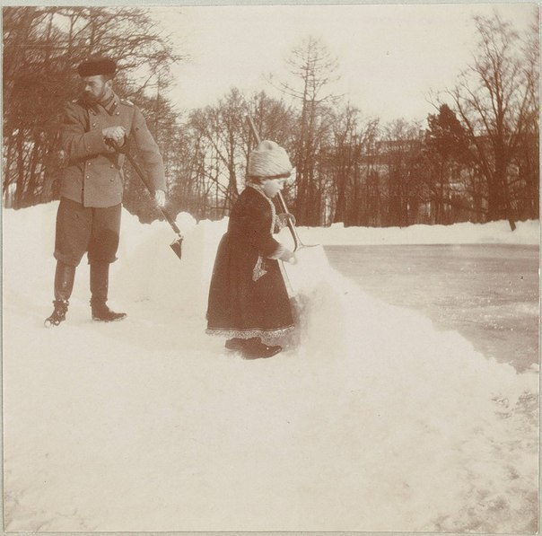 Николай II и цесаревич Алексей убирают снег