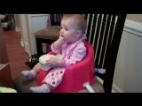 Прикольный малыш издает смешные звуки