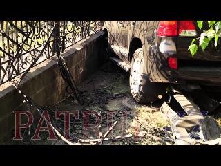 Автоледи на джипе снесла забор в элитном районе Алматы