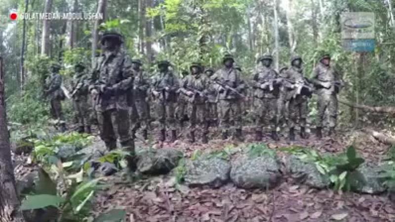 Индонезия әскерилері соғыс жағдайында Қауіп намазын оқып жаттығу үстінде.