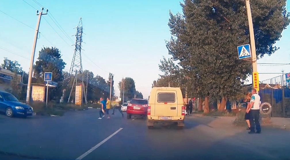 В Таганроге водитель Lexus чудом не сбил трех пешеходов на «зебре». ВИДЕО