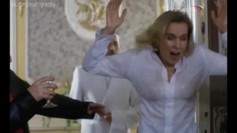 Светлана Чуйкина в мокрой блузке в фильме Парижская любовь Кости Гуманкова (2004)