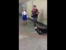 У девчонки очень хороший голос)