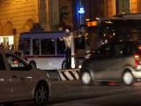 Итальянский регулировщик - настоящий дирижер оркестром машин