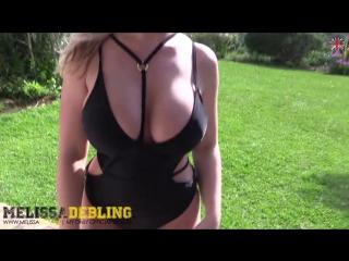 Melissa Debling на лужайке