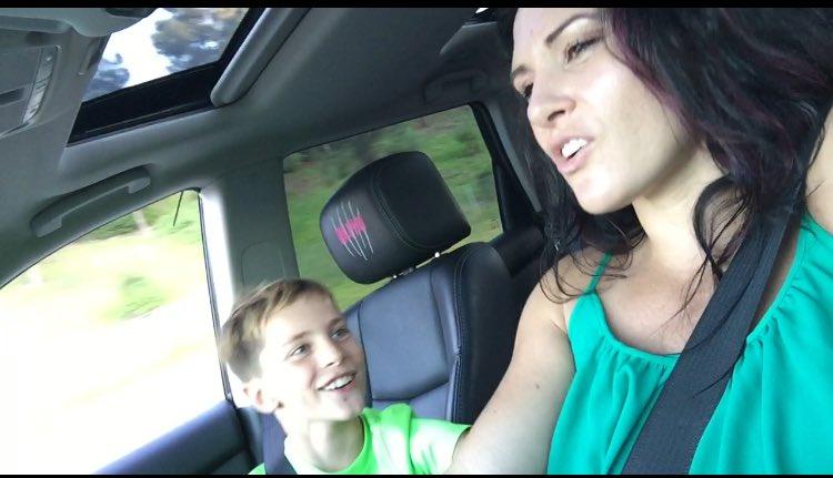 Кэт Зингано со своим сыном  поет в машине