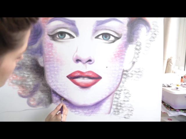 Девушка рисует помадой и поцелуями