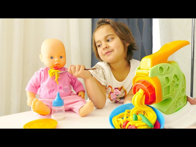 FındıkAilesi Meryem bebeğe spagetti yapıyor 🍝👶 Bebek bakma oyunu. PlayDoh HamurOyunları izle