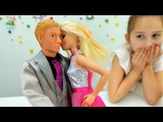Видео для девочек. Кукла #БАРБИ и Кен идут на свидание. Игры с Барби: одевалки