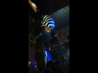 парень лижет пятку бармену в Алма-Ате за тату стоимостью 30.000тг)))