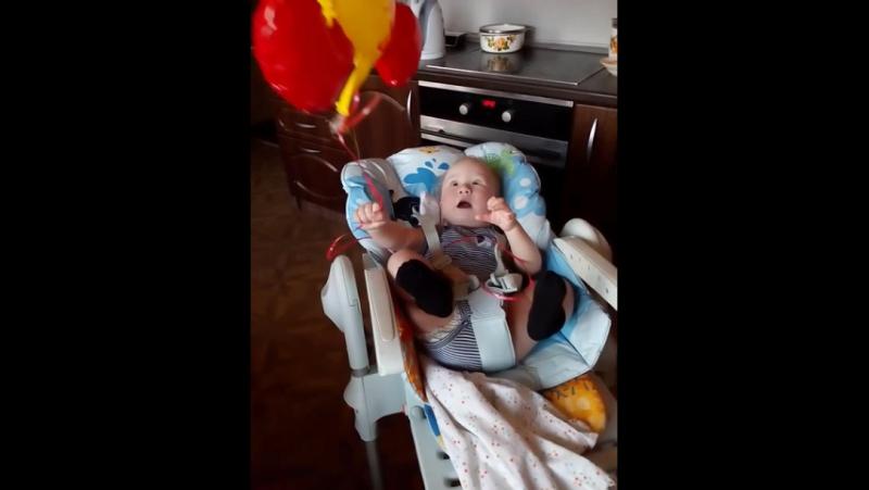 Бабушка Люба подарила утёнка-воздушный шарик на 9 месяцев!