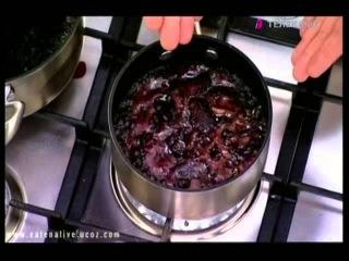 Стейк в винном соусе со шпинатом и чесноком