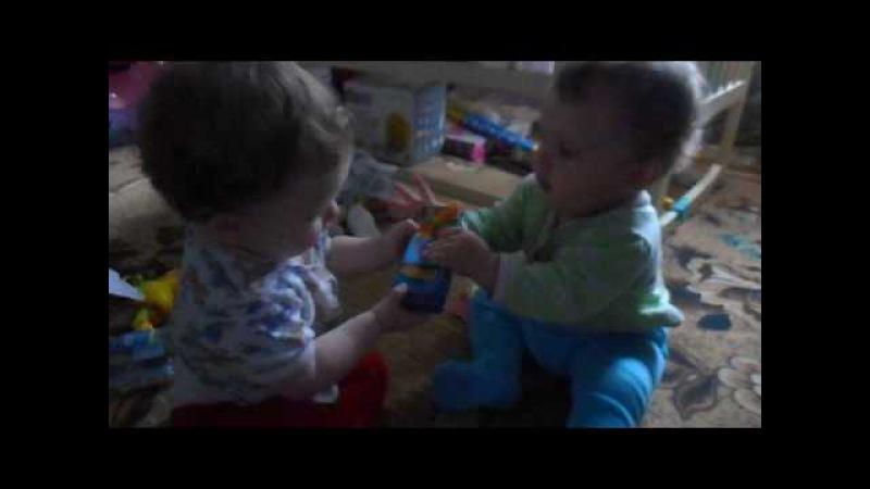 Двойняшки дерутся из за баночки МилаНика