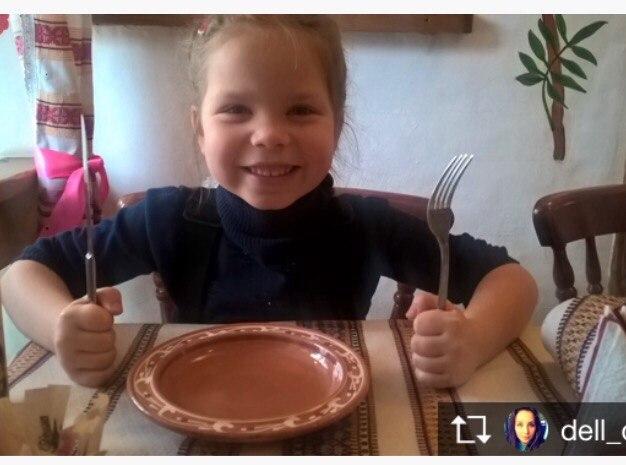 Мама учит дочь как правильно делать залипуху
