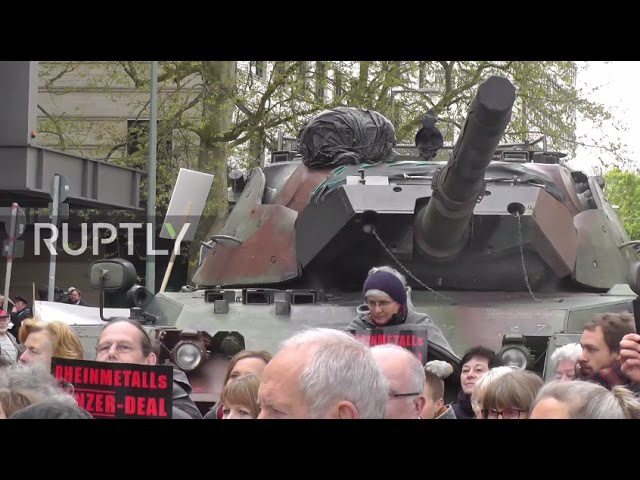 Германия: Танк попадает на улицы Берлина в знак протеста против Турецкого завода вооружений.