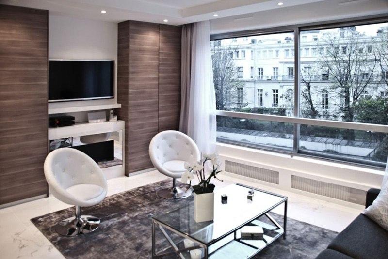 Квартира-студия порядка 40 м с разворотом кухни и спальней на ее месте.
