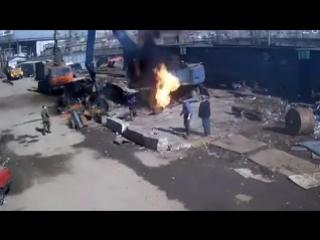 Сварщик начал резать газовый баллон...