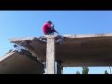Как правильно падать на бетон. Прикол на стройке