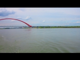 Река Обь в Новосибирске. Вид на новый Бугринский (красный) мост.