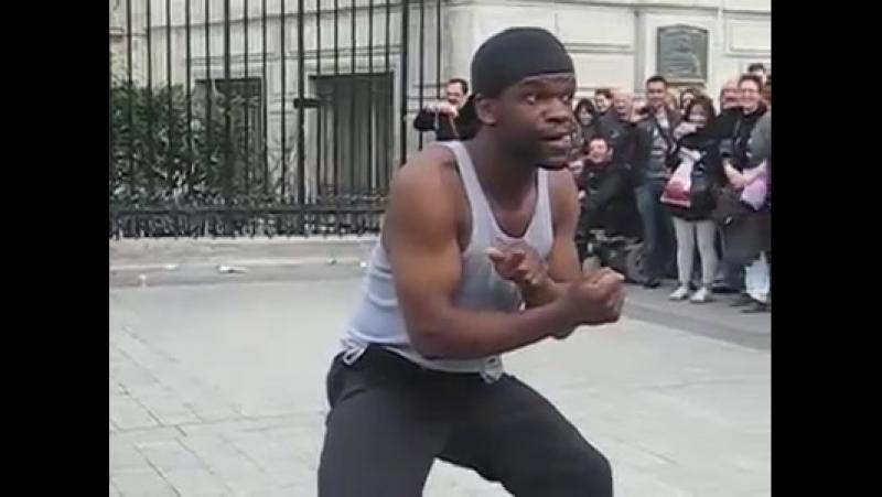 Париж көшесінде биден өнер көрсету