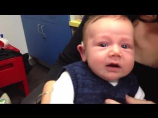 Глухой ребенок впервые услышал маму