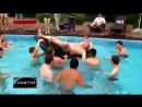 Жириновский поплавал в бассейне с молодыми активистами