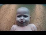 Смешной малыш мило дурачится :)