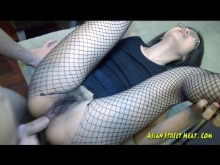 Очкастую азиатку трахнули в рот и в жопу. проститутка тайка секс порно молоденькая худенькая