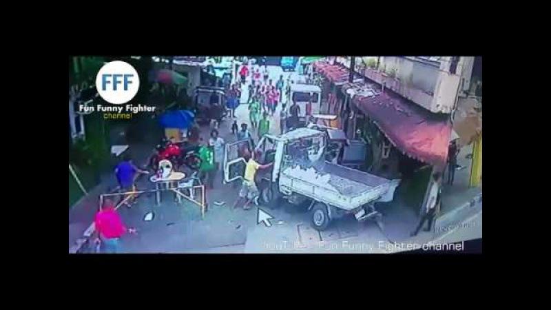 TABRAKAN MAUT MENGERIKAN .. Truk Ini Menabrak BANYAK ORANG | GRAPHIC Horrific Street Crash