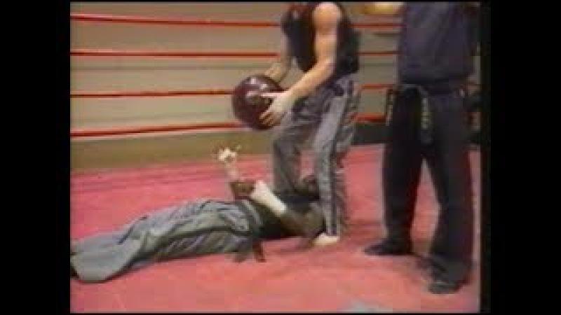 Бенни Уркидес. Тренировка с медболом в кикбоксинге