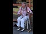 Играет на пиле super! ( уличный музыкант  в Питере )