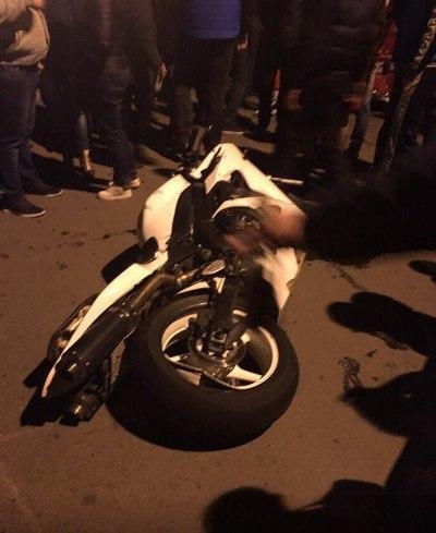 У Харкові мотоцикл влетів у легковик: є постраждалі - фото 2