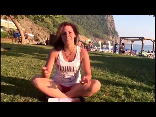Катя показывает монеты на пляже в Турции